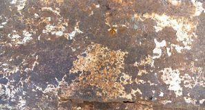Tôle chiffonnée rouillée de cru avec la corrosion photos stock