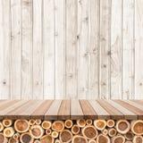 Töm överkanten av den trätabellen eller räknaren på wood bakgrund Royaltyfri Bild