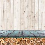 Töm överkanten av den trätabellen eller räknaren på wood bakgrund Fotografering för Bildbyråer
