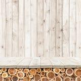 Töm överkanten av den trätabellen eller räknaren på wood bakgrund Royaltyfri Foto