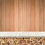 Töm överkanten av den trätabellen eller räknaren på wood bakgrund Royaltyfria Foton