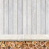Töm överkanten av den trätabellen eller räknaren på wood bakgrund Royaltyfria Bilder