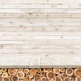 Töm överkanten av den trätabellen eller räknaren på wood bakgrund Arkivbild