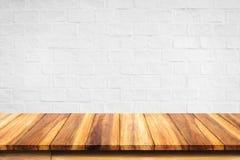 Töm överkanten av trätabellen på vit bakgrund för tegelstenväggen Royaltyfri Foto