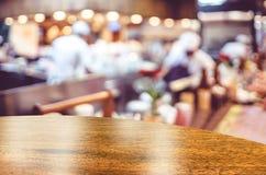Töm överkanten för den runda tabellen på suddig bakgrund för restaurangen med boke royaltyfri foto