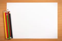 Töm arket och färga blyertspennor på skrivbordet, konstbegrepp fotografering för bildbyråer