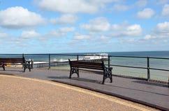 Töm bänkar bredvid havet. Royaltyfria Bilder