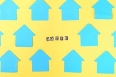 Töm blåa klistermärkear i formen av ett hus på en gul bakgrund I mitten finns det ett inskriftHUS brigham arkivfoto