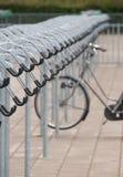 Töm cykellagringsområde med den ensamma cykeln Royaltyfria Bilder