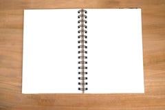 Töm den öppna anteckningsboken på träbakgrund Sikt från ovannämnt med c Arkivbild