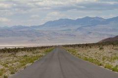 Töm den öppna vägen i Nevada annalkande berg royaltyfria bilder