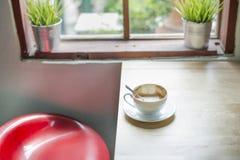 Töm den använda kaffekoppen av cappuchino Royaltyfri Fotografi