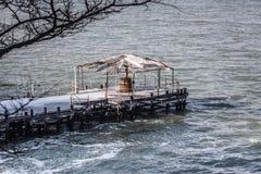 Töm den djupfrysta pir på Blacket Sea Arkivbilder