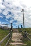 Töm den klev gångbanan på ingången till stranden Arkivfoto