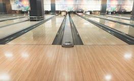 Töm det gula spåret för att bowla Aktiv fritid för att bowla Royaltyfri Foto
