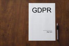 Töm dokumentet om GDPR-lag med tomt utrymme på tabellen royaltyfria bilder