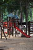 Töm eller inget i lekplats av skolan med träd för skugga royaltyfria foton