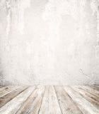Töm en vit inre av tappningrum - grå grungebetongvägg och gammalt wood golv Royaltyfria Bilder