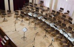 Töm etappen med stolar, mikrofoner och musikställningar för Royaltyfri Fotografi