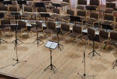 Töm etappen med stolar, mikrofoner och musikställningar för Royaltyfri Foto