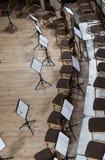Töm etappen med stolar och musikställningar Top beskådar Arkivbilder