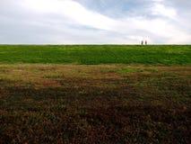 Töm fältet med folk på horisont Arkivbild
