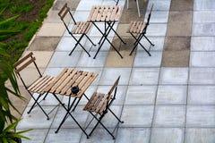 Töm hopfällbara stolar och tabeller på en terrass av konkreta tjock skiva I Arkivbild