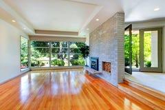 Töm husinre Vardagsrum med glasvägg- och tegelstenväggen fotografering för bildbyråer