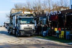 Töm lokalvårdlastbilen i gata av den Cinarcik staden - Turkiet Arkivbilder