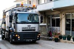 Töm lokalvårdlastbilen i gata av den Cinarcik staden - Turkiet Royaltyfri Bild