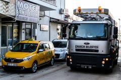 Töm lokalvårdlastbilen i gata av den Cinarcik staden - Turkiet Arkivfoton