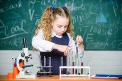 Töm mätningscylindern/buretten med graderade markeringar Framtida microbiologistSchool laboratorium För studentuppförande för fli royaltyfri bild