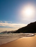 Töm och den rena tropiska stranden Arkivfoton