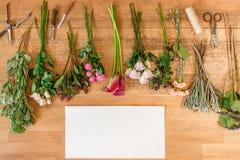 Töm pappers- och blommar buketter på vitt trä Royaltyfria Bilder