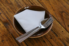 Töm plattan och gaffeln, sked på trä Arkivfoton