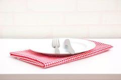 Töm plattan på röd bordduk Royaltyfria Bilder