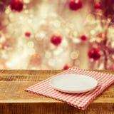Töm plattan på trätabellen med bordduken vita röda stjärnor för abstrakt för bakgrundsjul mörk för garnering modell för design Royaltyfri Fotografi