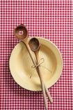 Töm plattan, träköksgeråd och den röda bordduken på trätabellen, bästa sikt arkivbild