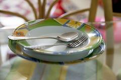 Töm plattor med gaffeln och skeda Arkivfoton