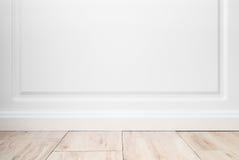Töm rum, den vita väggen och trägolvet Royaltyfria Foton