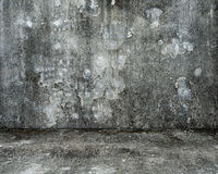 Töm rum med den gamla fläckiga betongväggen och golvet Royaltyfria Bilder