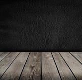 Töm rum med den svarta väggen. Arkivfoton
