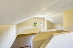 Töm rum med det välvde taket Arkivfoton