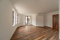 Töm rum med naturligt ljus från fönster inre modernt för hus floor trä Arkivbild