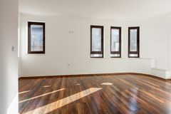Töm rum med naturligt ljus från fönster inre modernt för hus walls white floor trä Fotografering för Bildbyråer