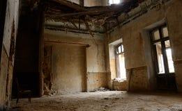 Töm rum med stol i gammal förstörd övergiven byggnad, Ukraina Fotografering för Bildbyråer