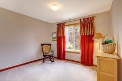Töm rum som dekoreras med gungstol Fotografering för Bildbyråer