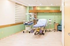 Töm säng i förlossningsavdelning på ett sjukhus Arkivfoton