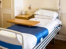 Töm säng i privat sjukhus royaltyfria bilder