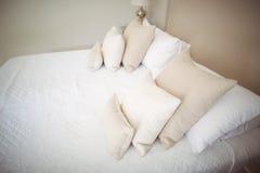 Töm säng och kudde i sovrum Arkivbild